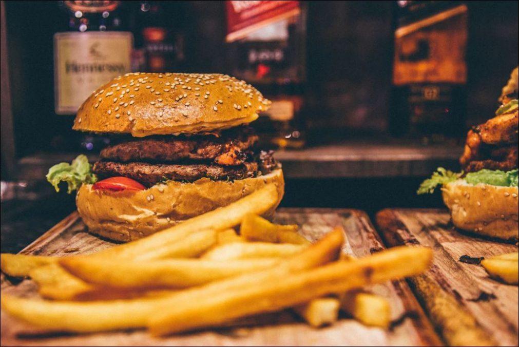 Hambúrgueres do McDonald's ou comida italiana caseira entregues em casa? Já é possível!
