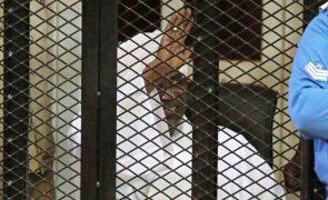 Omar al-Bashir regressa ao tribunal no Sudão mas julgamento é suspenso até agosto