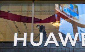 Vendas da Huawei aumentaram, mas crescimento desacelerou face a pressão dos EUA