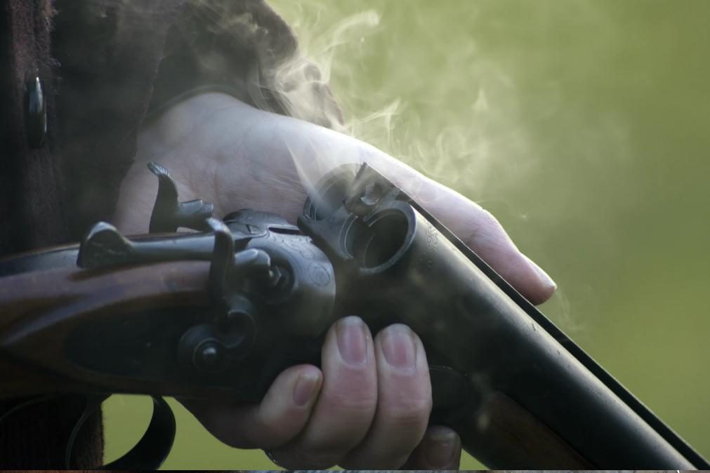 Homem atinge companheira a tiro de caçadeira na Amadora
