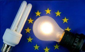 Europeus pagam energia mais cara porque Comissão não proíbe lâmpadas fluorescentes, acusam ambientalistas