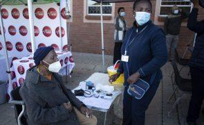 Violência na África do Sul obriga a interromper administração de vacinas contra a covid-19