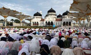 Covid-19: Indonésios reunidos em festa muçulmana apesar de grave situação epidemiológica