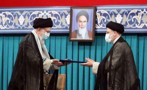 Ebrahim Raissi tomou posse hoje como presidente do Irão