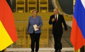 Merkel destaca junto de Putin valor das conversações de paz sobre o leste da Ucrânia