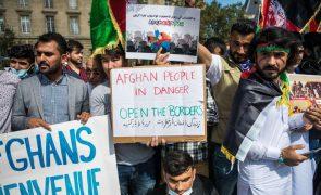 Afeganistão: Centenas de afegãos manifestam-se em Paris pela criação de corredor humanitário