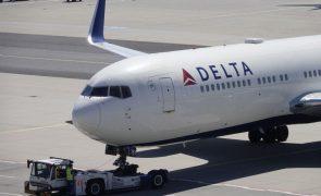 Delta Airlines anuncia penalizações para trabalhadores não vacinados