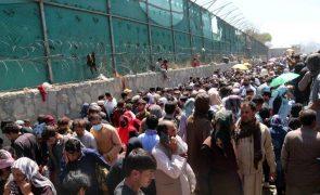 Afeganistão: Terceira explosão em Cabul após duplo atentado que fez dezenas de vítimas