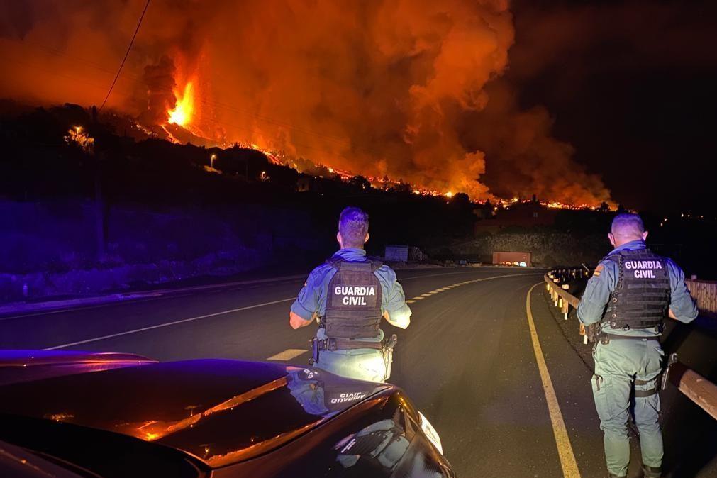 Aeroporto de La Palma suspenso devido à acumulação de cinzas