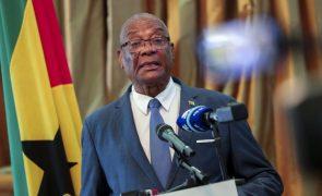 Presidente são-tomense cessante aconselha diálogo ao sucessor Carlos Vila Nova